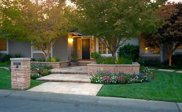 100 landscaping ideas for front yards and backyards for Cheap back garden designs
