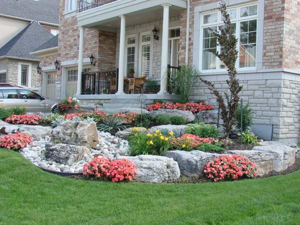 100 landscaping ideas for front yards and backyards for Front lawn plant ideas